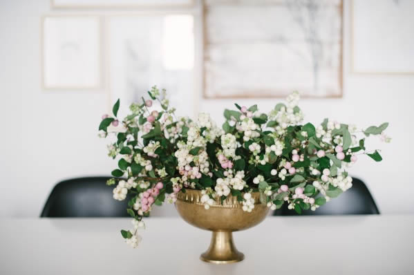 Flowers on the dining table / Flores en la mesa del comedor // Casa Haus