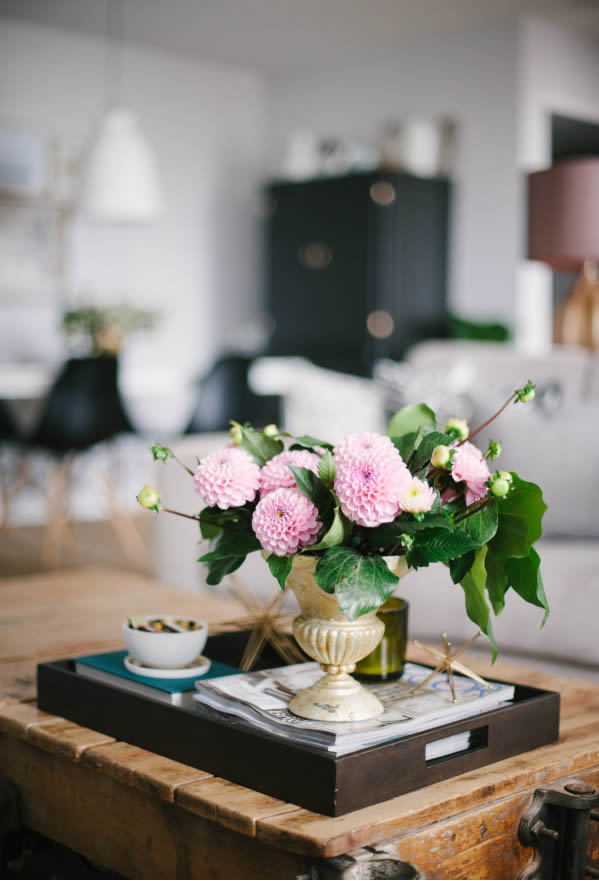 Pretty flowers on the table // Flores sobre la mesa // Casa Haus