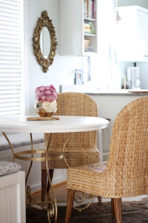 Oh so pretty café style dining nook by Simple Stylings / Hermoso mini comedor!! // casahaus.net
